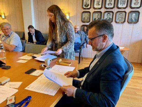 Ordfører Jarle Nilsen studerer valgprotokollen som ble lagt fram i kveld.