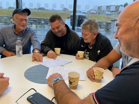 Stort engasjement rundt bordet i Storhall Karmøy. Fra venstre: Jan Kjell Svendsen, Johnny Stangeland, Signe Iren Velde og Terje Egeland.