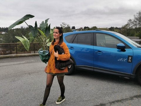 TRAVEL: Ann Helen Kvalevaag er mye på farten. Her med noen grønne planter som skal sette en prikk over i-en i et interiør.