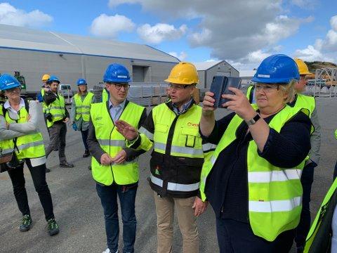 Statsminister Erna Solberg lot seg imponere av det hun så av ny teknologi på Husøy.