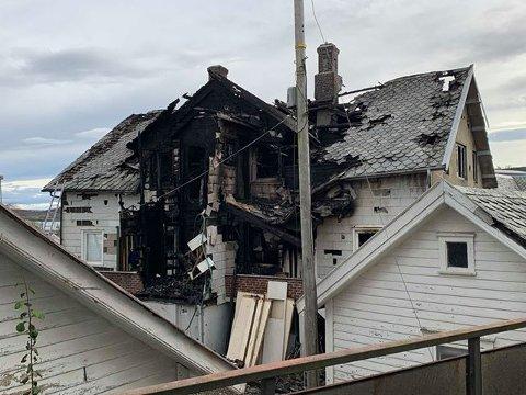 ETTER BRANNEN: Huset i Hovedgaten i Kopervik er totalskadd etter brannen.