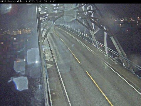 Det blåser godt på broen lørdag morgen.