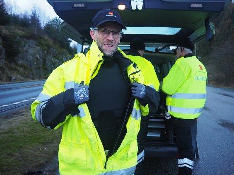 VESTEN PÅ: Kjartan Ytreland Nes viser fram vesten som er på når kontroll skal gjennomføres ved Toskatjørn.