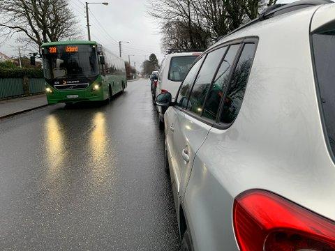 Trangt om plassen: Pensjonisten møtte en trailer og bulket borti en bil i den parkerte rekken.. Her kommer en buss på samme stedet.