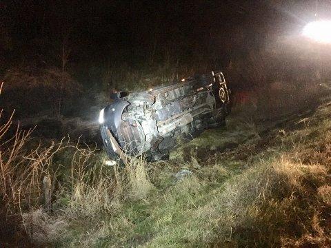 VELTET: En minibuss havnet utenfor veien og veltet i Sveio torsdag morgen.