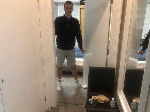 SLIPPER SNART UT: I en uke har Vegard Sørbø Solberg vært isolert på rommet sitt i leiligheten i  Edinburgh. - Kompisene mine har vært greie og satt maten utenfor døren min, sier han.