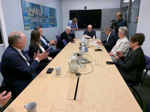 APPLAUS: Ordførerne fra samarbeidskommunene applauderte da Haugesunds ordfører Arne Christian Mohn mandag underskrev avtalen om brannsamarbeid de neste seks årene.