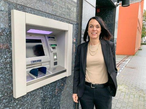 SPAREBANKENS MINIBANK: - Vi har sett en trend at færre tar ut kontanter, og minibankene forsvinner, sier adm. banksjef Bente Syre ved en av de to minibankene til Haugesund Sparebank i byen.
