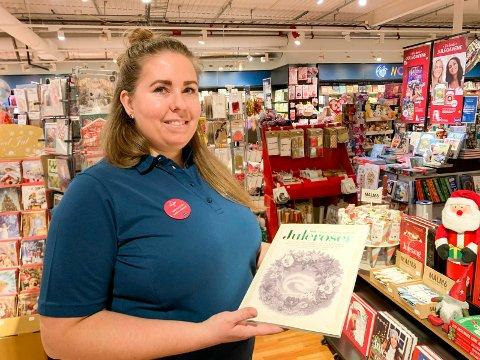 JULEROSER: - Her i bokhandelen selger vi mye Juleroser, et spesielt og populært hefte, sier butikkmedarbeider Marita Naustvik i Ark Amfi Stord.