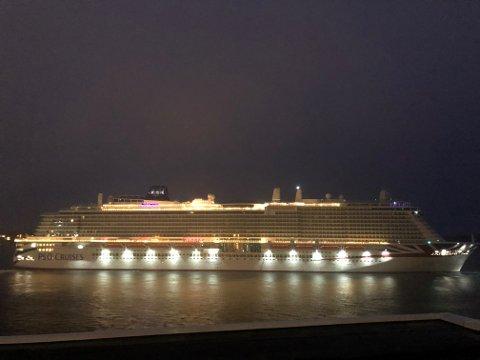 PÅ VEI: MS «Iona» skal hjem til Southampton, men ikke ennå. Fredag dro hun ut på en ny testtur.