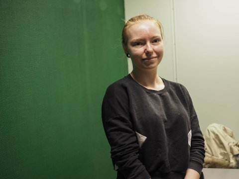NY SALONG: Agathe Hemnes Hovdestad (22) er på vei inn i ny neglesalong i Kopervik sentrum.