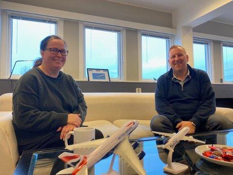 FÅ FLY, MEN MYE PLANLEGGING: Therese Nordtveit og Arnstein Jensen er på jobb i romjulen, til tross for at det ikke er en eneste krone å hente i inntekt for tiden i reisebyrået Turs. Dermed gjør de seg klar til samfunnet åpnes igjen.