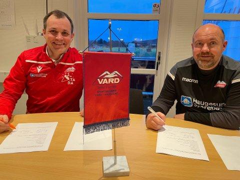SIGNERT! To fornøyde Vard-gutter mandag ettermiddag. Styreleder Håkon Vevang (t.v.) og nysignert A-lagstrener Kolbjørn Fosen.