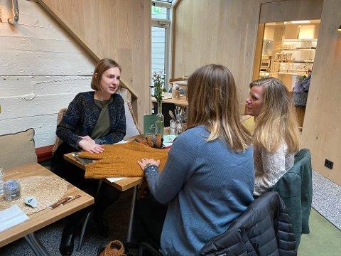 MØTE: Næringsminister Iselin Nybø (V) møtte mandag gründerne bak strikkebedriften Klompelompe, Hanne Andreassen Hjelmås og Torunn Steinsland.