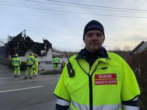 KONTROLL: Ole-Martin Nordstrand i brannvesenet sier det var lite de kunne gjøre for å hindre at huset ble totalskadet.
