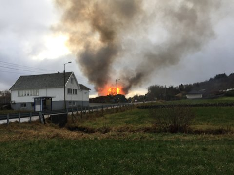 Politiet har sperret av både veien og området rundt den kraftige brannen.