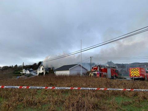 Klokken 09.30 ser brannvesenet ut til å ha fått slått ned de kraftigste flammene, men det røyker fremdeles kraftig fra eneboligen.
