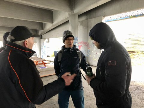 Oscar Haaland, Tom Landås (KrF) og Hans Robert Pedersen i samtale om livet samlingsplassen under broen.