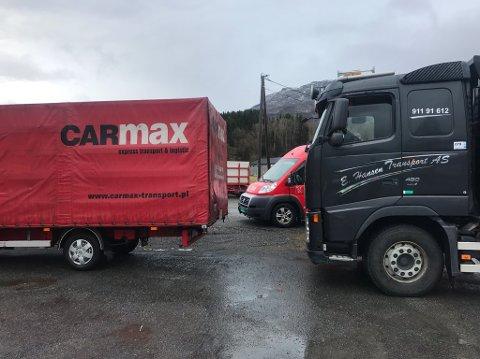 Sjåføren av lastebilen til venstre i bildet stakk av fra regningen i Røldal lørdag. Bilbergeren fikk hjelp av kolleger i Etne.