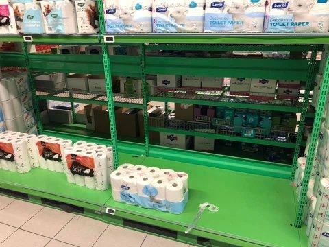 REVET BORT: Det var langt mindre toalettpapir på Kiwi da Laila Thorsen skulle handle onsdag.