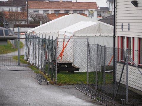 NYTT TELT: Det er satt opp et nytt og større telt på Åkra for testing av koronasmitte.