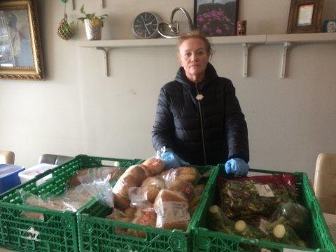 IKKE NOK: Anita Lande jobber frivillig i Håpets havn. Hun forteller at de nå ikke får inn nok mat til å kunne gi videre til brukerne.