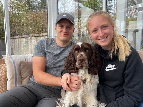 SPREK TRIO: Elisabeth Angell Bergh hjemme i karantene i Haugesund sammen med kjæresten Magnus Hannevig Pettersen og firbeinte Aron.