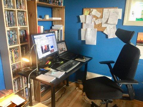 HJEMMEKONTOR: Journalistens hjemmekontor. Her lages det journalistikk. I et annet kontor i huset (nei, ikke fruens hjemmekontor i stuen), skrives det relativt tynne bøker.