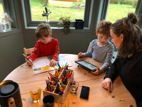 SKOLE OG JOBB: Isac, Victor og Bodil Hovden Gade tilpasser seg en ny hverdag med hjemmeskole og barnehageoppgaver.