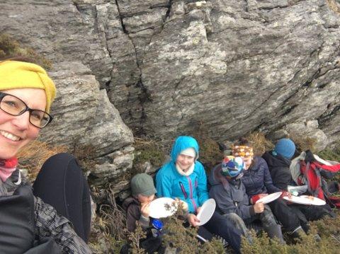 PÅ TUR: Mamma Anne Marit Pedersen på tur med Lester (6), Benedikte (14), Kaleb (10), Hanna (13) og Ervin (8).