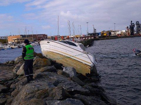 KRASJ: Den stjålne båten ble ført rett på moloen og havnet oppå denne.