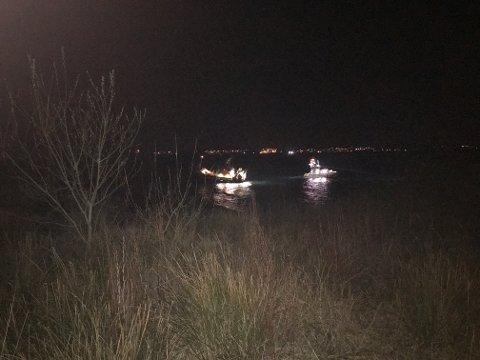 DRAS LØS: Her dras fiskebåten løs etter å ha grunnstøtt utenfor Fastlands-Karmøy.