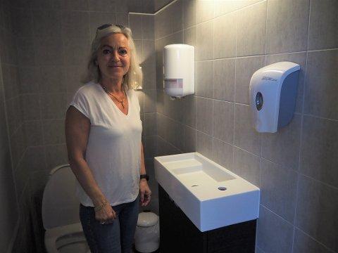 UTEN BLANDEBATTERI: Ellen Strand viser fram vasken som nå er tørrlagt.