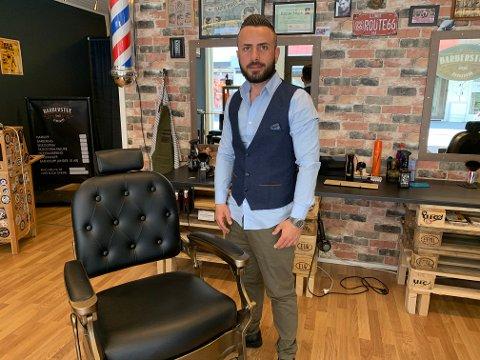 KLAR FOR KUNDER: Mandag åpner Göksel Aksoy sin barberstue i Haraldsgata i Haugesund. Tyrkeren kommer rett fra tre års jobb som barberer i populære Bergen Barberstue og har nå bosatt seg på Rossabø, sammen med kone og barn.