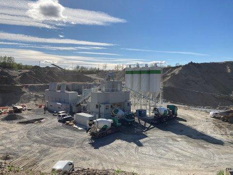 NY FABRIKK: Den nylig etablerte betongfabrikken på Ryghkollen i Mjøndalen ligger sentralt til for levering til tunnelprosjektene.