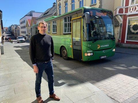 STRANDGATA: Leder for plan- og miljøutvalget i kommunen, Tor Inge Eidesen, er langt på vei enig med bussjåførene og ønsker spørsmålet om enveiskjørt gate i Strandgata opp til politisk behandling.