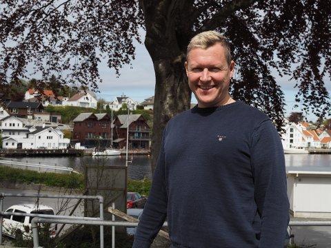 LEILIGHETER: På det som i dag er en parkeringsplass i Kopervik sentrum skal Garvik Gruppen bygge leiligheter. Da det gikk trått med salget, tok daglig leder Gabriel Garvik grep.