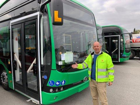 STOLT: Driftssjef i Kolumbus, Per Ivar Aase, viser fram en av de nye elektriske leddbussene som skal i drift på de to hovedrutene i Haugesund fra 1. juli. Bussene klargjøres for drift ved Scania på Frakkagjerd.