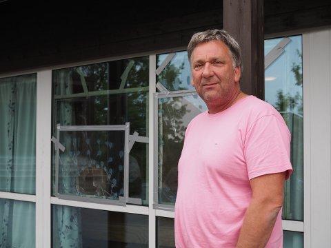 HÆRVERK: En forbipasserende oppdaget knuste ruter på Sevland skole natt til onsdag. Rektor Tore Emberland håper politiet finner ut av hvem som står bak.