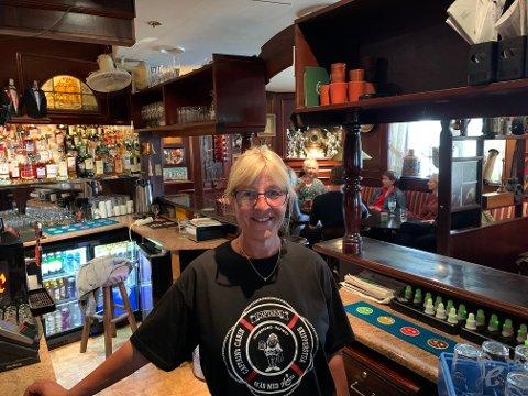 SAVNET: Etter to og en halv måned uten arbeid var Elisabeth Bjørnsen tilbake bak baren på Captains Cabin denne uken.