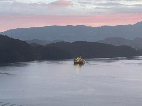 BRUDD: Bildet er tatt ut mot fjorden der strømkabelen blir lagt i Suldal.