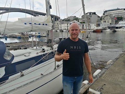 PÅ TUR: Noen av oss synes det er barskt å gå fra Haugesund til Føynå. Erik Aadneraa seiler til Grønland, alene. Her fotografert lørdag kveld, rett før avreise.