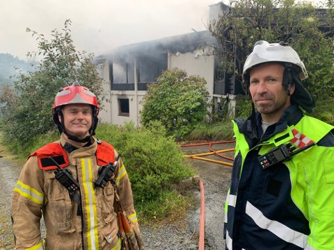 PÅ JOBB: Utrykningsleder Geir Morten Larsen (t.v.) og innsatsleder Jan Ove Solstrand ledet et større mannskap som fikk slokket brannen i Skjoldavegen.