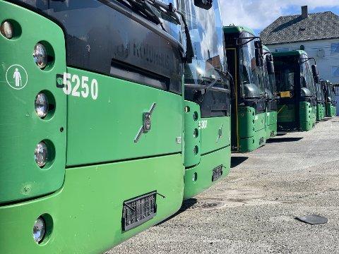 AVSKILTET: De grønne bussene på Flotmyr venter på en avklaring om sin fremtidige ferd.
