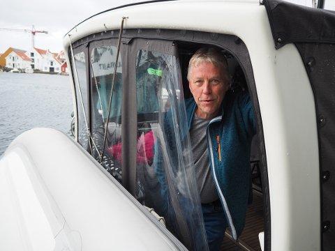 SØKTE LY: Lars Furholm ligger trygt plassert med båten innerst i havnen i Skudeneshavn mens uværet herjer.