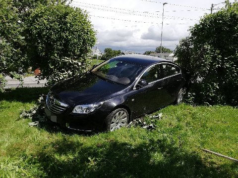 KRASJ: Sjåføren kjørte rett inn i hagen, og stakk av etterpå.
