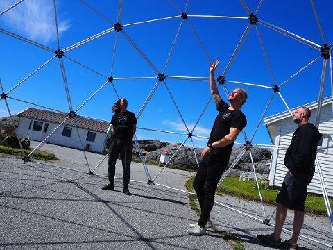 LYKKES MED SATSINGEN PÅ SANDVE: Bjørn Opheim, Jan Thomas Rantanitty og Børge Skeiseid med yoga-domen som er under bygging.