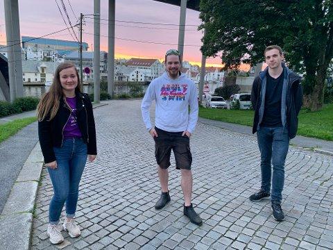 FADDERUKE: Sina Jørgensen (22), Karl-Gunnar Severinsen (30) og Eirik Torp (22) på vei til studentfest på Indre kai.