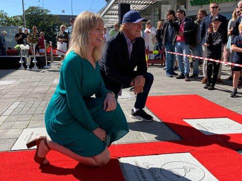 STAS: Ingrid Bolsø Berdal og Sven Nordin satte seg stolt på kne foran steinene de fikk nedlagt på Haugesunds Walk of Fame lørdag.