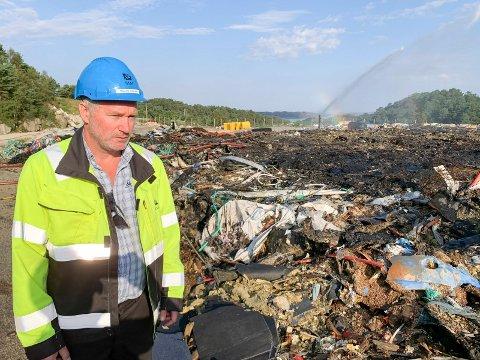 PÅ DEPONIET: Malvin Helland Andahl er driftsleder på SIM sitt avfallsanlegg på Svartasmoget. Han gikk vakt i natt i tilfelle brannen blusset opp. Den ble slokket allerede mandag formiddag.